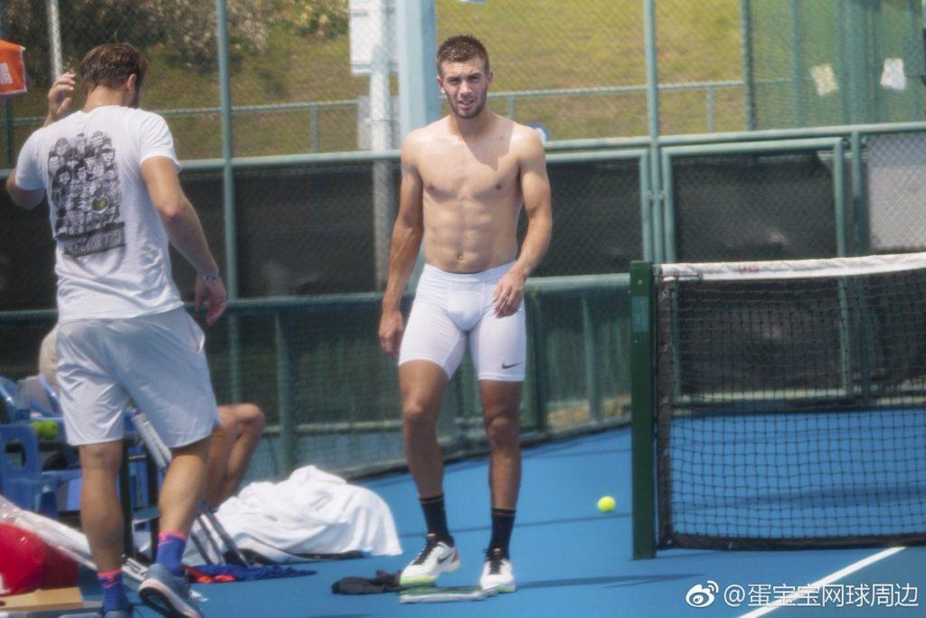 Borna Ćorić bulging in a tennis match